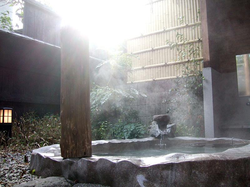 800px-Yufuin_Onsen_Rotenburo