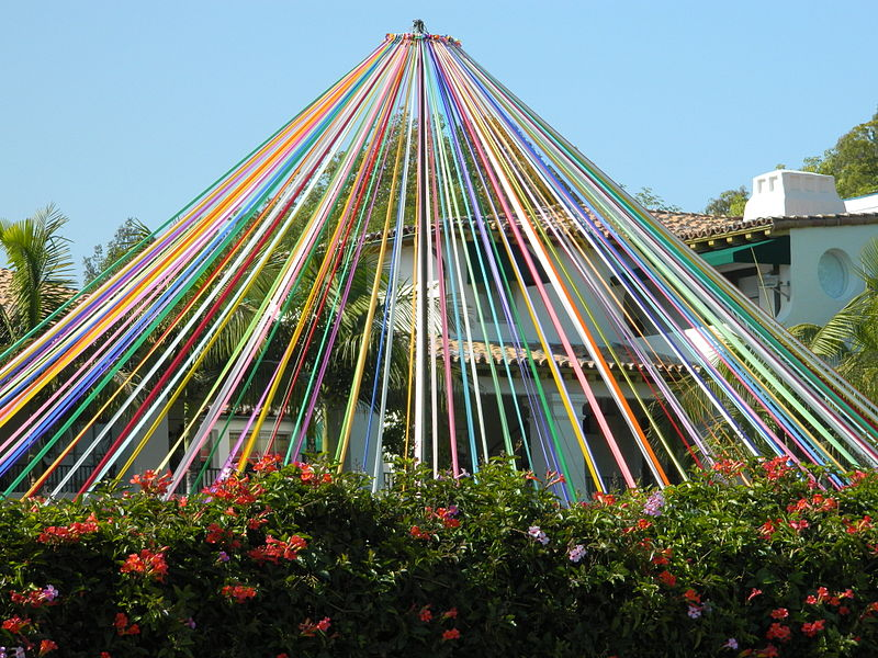 800px-Maypole_in_Brentwood,_California