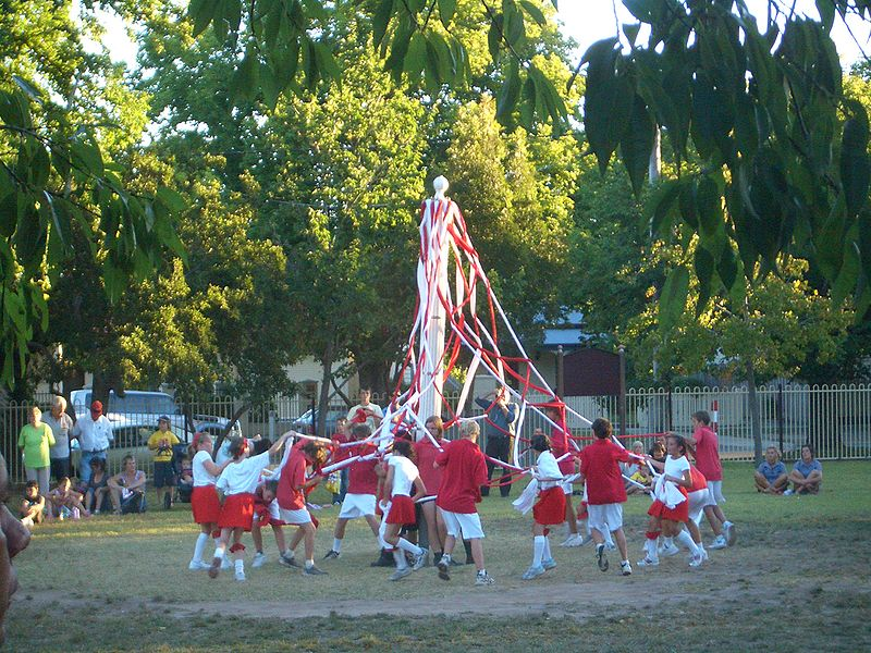 800px-VM_0249_Sale_Primary_School_-_Maypole_dance