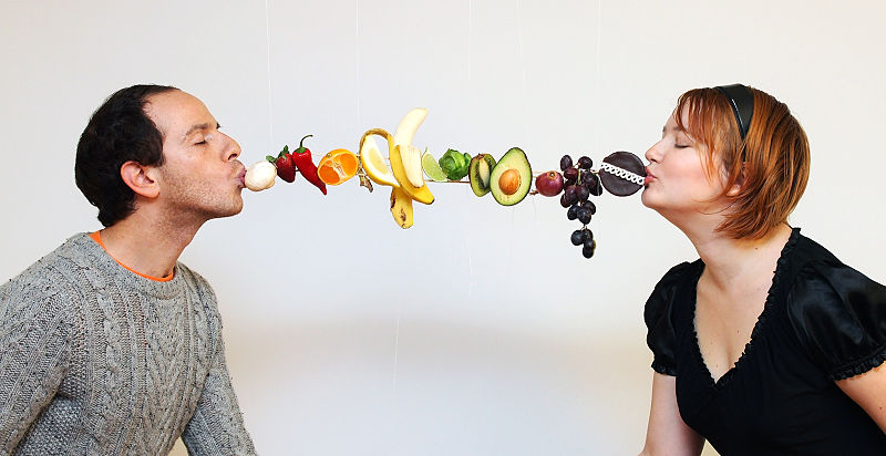 800px-GISHWHES_2012_No._148_--_Kissing_with_food