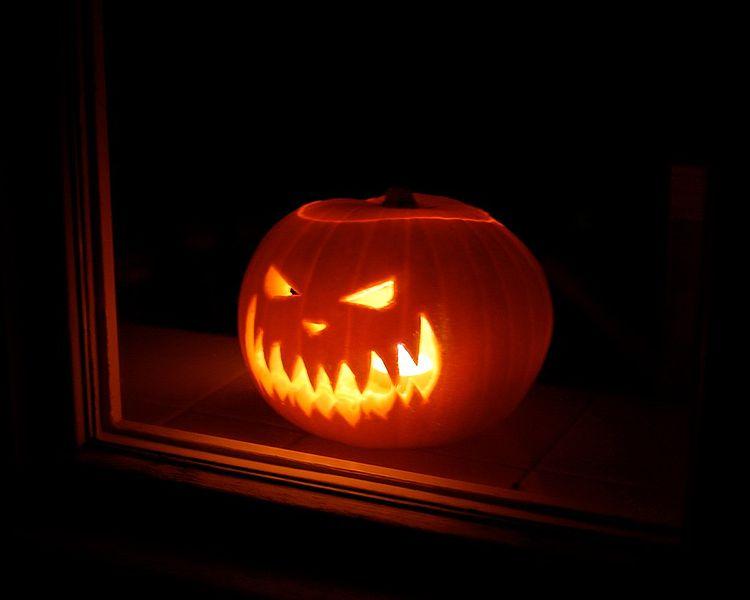 750px-Lit_Jack-o'-lantern_glowing_menacingly
