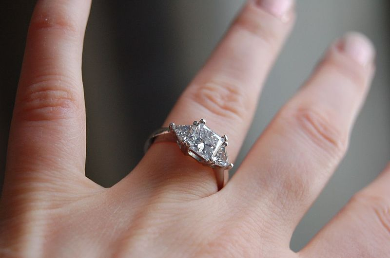 800px-Diamond_ring_by_Jennifer_Dickert