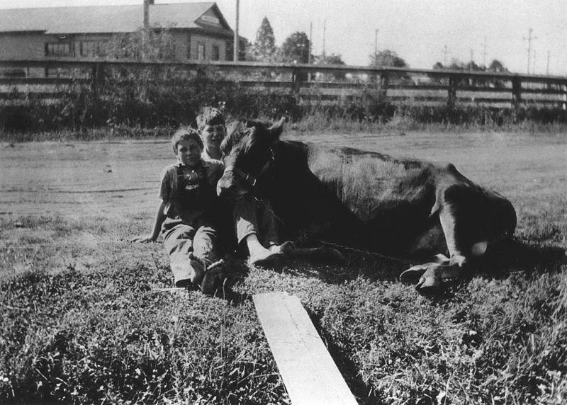 800px-Farm_kids_with_Oregon_Electric_Railway_station_in_background_(Beaverton,_Oregon_Historical_Photo_Gallery)_(209)