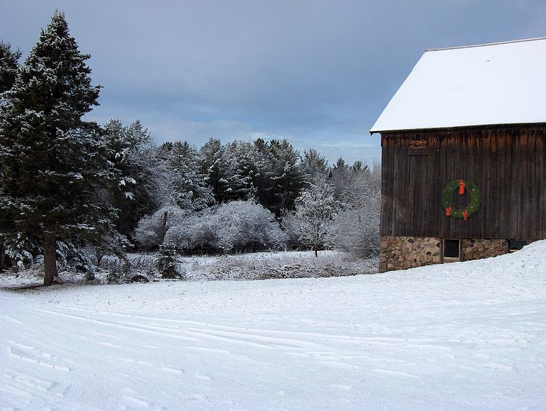 796px-Snow_covered_pines_barn_with_wreath