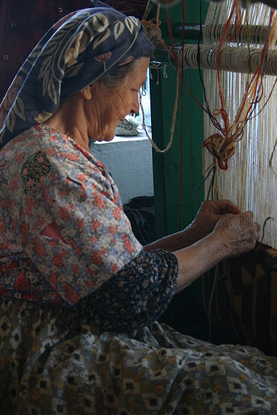 Turkish_woman_weaving_carpet