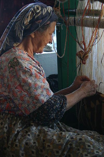 Turkish_woman_weaving_carpet